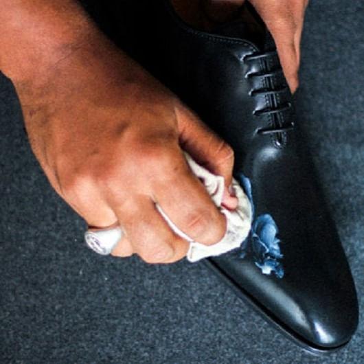 Limpieza y mantenimiento de zapatos negros